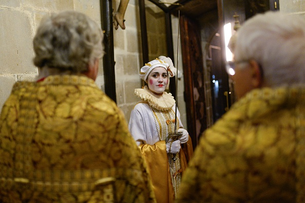 Woman prepares for role in Barcelona Christmas ceremony.