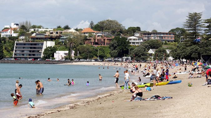 Police detonate chilly bin at auckland beach - Mission bay swimming pool auckland ...