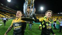 TJ Perenara & Beauden Barrett hold the Super Trophy aloft (PHOTOSPORT)