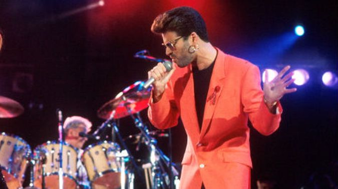 Hundreds gather to pay tribute to George Michael