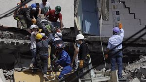 An injured man is pulled out of a building that collapsed during an earthquake in the Roma Norte neighborhood of Mexico City. (Photo / AP)