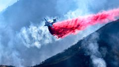 A plane drops fire retardant in California. (Photo \ Getty Images)