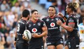 Roger Tuivasa-Sheck celebrates his try with teammates. (Photo/ Photosport)