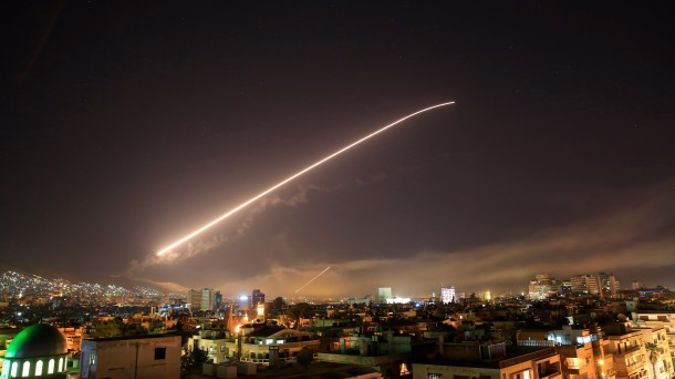 The Damascus sky lights up missile fire as the U.S. launches an attack on Syria targeting different parts of the capital early Saturday, April 14, 2018. (A / P)