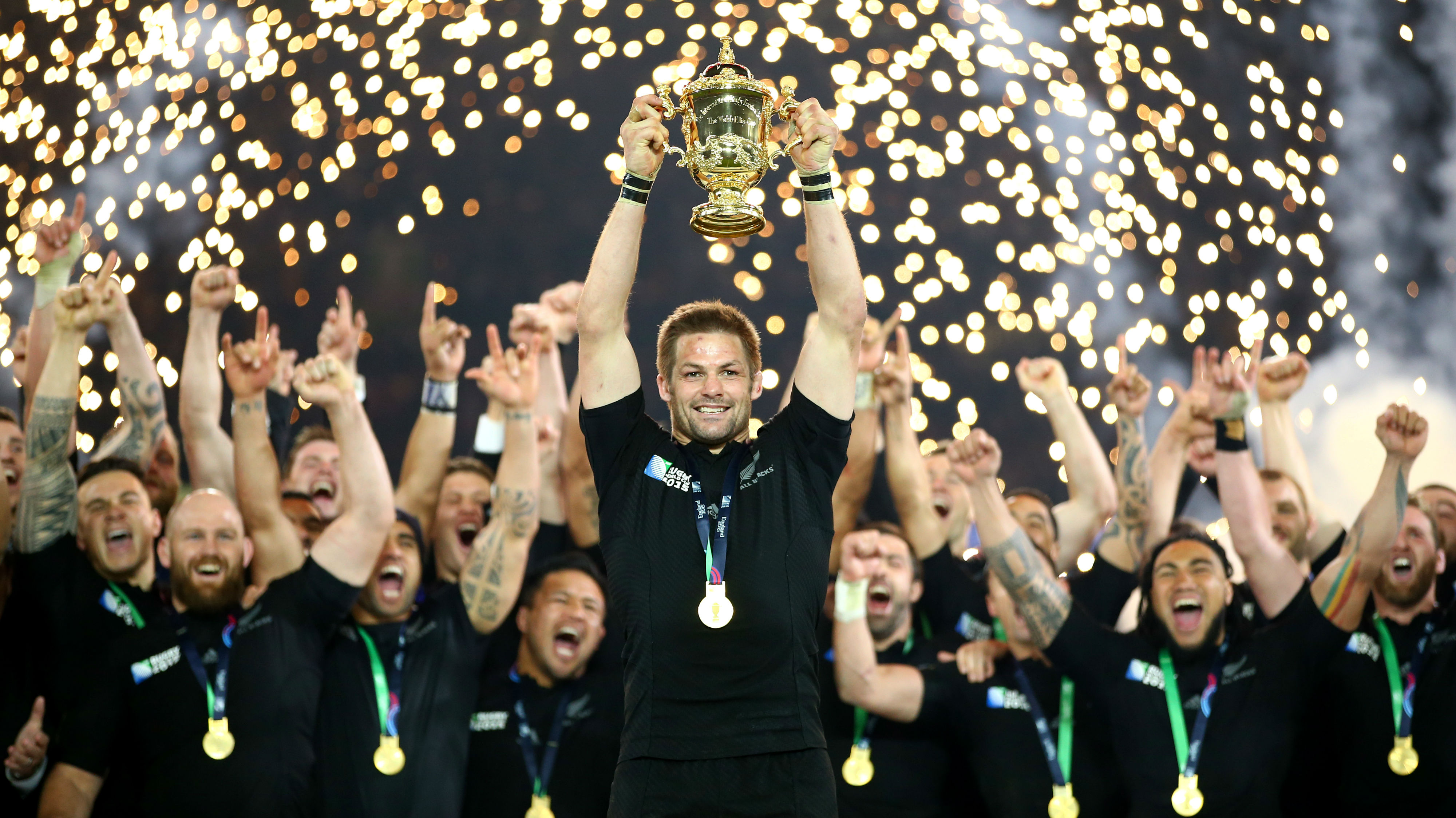 ichie McCaw of the New Zealand All Blacks lifts the Webb Ellis Cup after victory in the 2015 Rugby World Cup Final. (Photo \ Getty Images)
