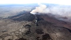 A fissure forms on the west flank of the Puu Oo crater on Hawaii's Kilauea volcano (Getty Images)