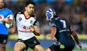 Shaun Johnson of the Warriors looks to get past Johnathan Thurston of the Cowboys. (Photo \ Getty Images)