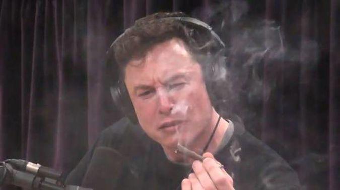 Un automobiliste sur une place de recharge II - Page 6 Elon-musk-smoking-marijuana-youtube