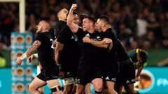 The All Blacks scored two tries within the closing moments of the match claiming victory 32 -30. (Photo / Getty)