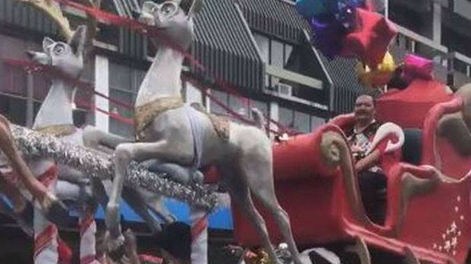 Nelson's parade featured a Maori Santa dressed in a Hawaiian shirt. (Photo / Facebook)