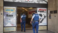 Police enter the Base Backpackers where British backpacker Grace Millane stayed before she was killed. (Photo / Greg Bowker)