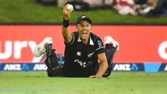 Trent Boult takes the winning catch to dismiss Sri Lanka's Thisara Perera. (Photo / Photosport)