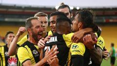 The Wellington Phoenix celebrate David Williams' winning goal. (Photo / Getty)