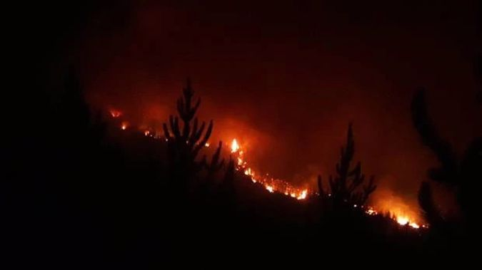 More than 100 firefighters have been working through the night to combat the 1900ha blaze.