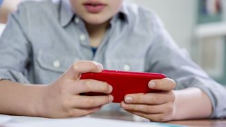 Sydney restaurant bans kids from using devices