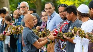 Representatives from the Muslim community were among those presented with the Lei of Aloha for World Peace. (Video: Newstalk ZB)