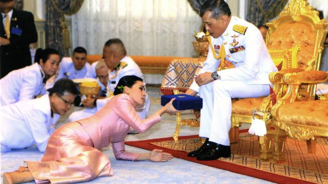 Thailand's King Maha Vajiralongkorn Bodindradebayavarangkun, right, presents a gift to Queen Suthida Vajiralongkorn Na Ayudhya. (Photo / AP)