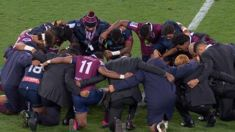 Rugby players huddle in prayer circle in solidarity with Israel Folau