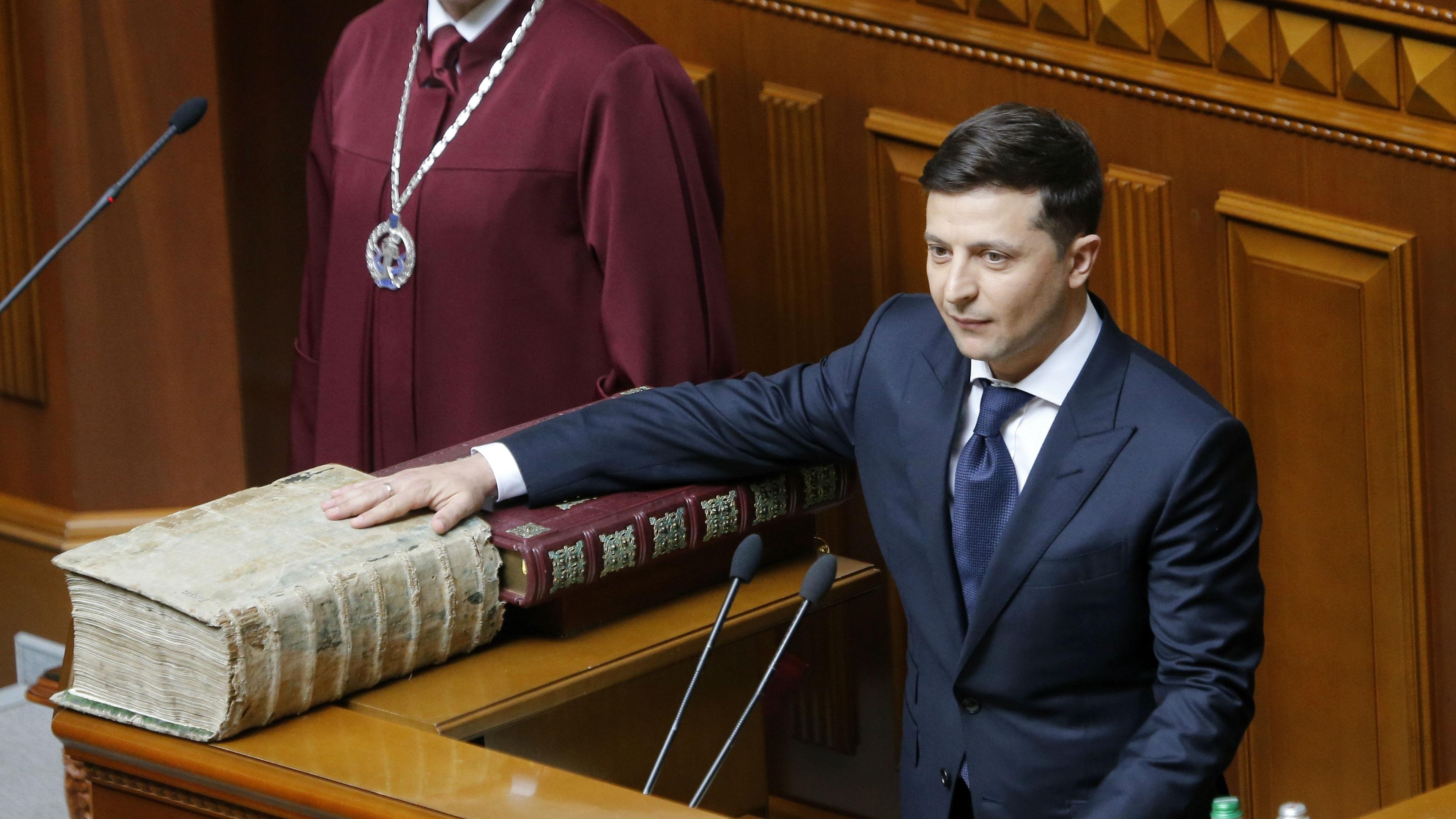 Ukrainian President-elect Volodymyr Zelenskiy takes the oath of office. (Photo / AP)