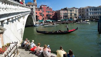 Tourists fined for making coffee on Venetian bridge