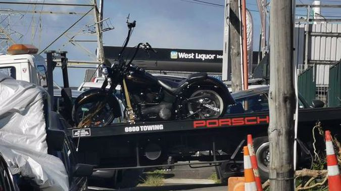 Armed police execute search warrants at West Auckland car yard. (Photo / Supplied)