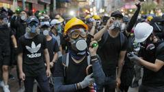 Protesters shine laser pointers at Hong Kong police. (Photo / AP)