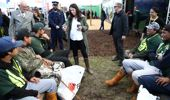 Jacinda Ardern talks with farmers at Fieldays, 2018. (Photo / Getty)