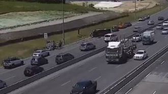 People trapped in vehicles after major crash on Auckland motorway