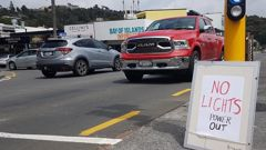 Power out in Paihia, with the country's northern-most traffic lights out of action. (Photo / Peter de Graaf)