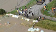 Residents deploy sand bags in Selford St, Gore.