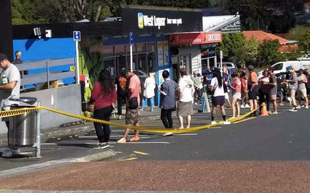 The queue for West Liquor in Glen Eden on Friday afternoon. (Photo / Supplied)