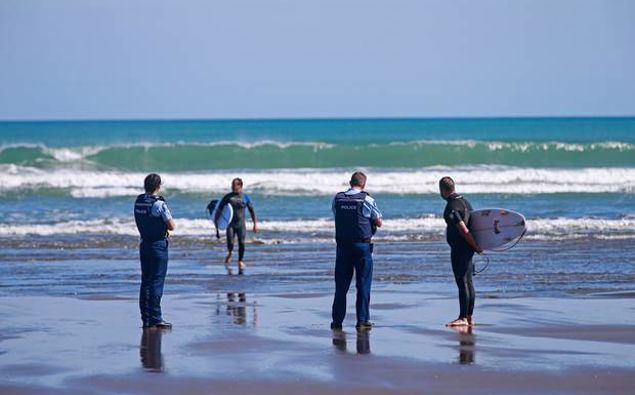 Police weren't able to stop people from surfing if they weren't congregating, according to leaked Crown Law advice. (Photo / NZ Herald)