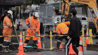 Burst water main closes part of Auckland's Queen St, buses diverted
