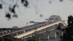 Traffic on the Auckland Harbour Bridge this morning. Photo / Michael Craig