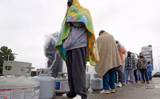 Customers had to wait over an hour in the freezing rain to fill their propane tanks. (Photo / AP)