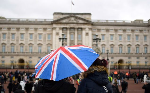 Crowds gathered outside Buckingham Palace to pay tribute to Prince Philip. (Photo / AP)