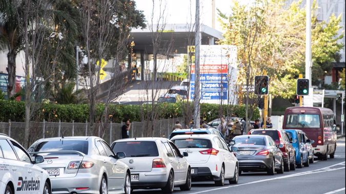 Traffic lines up to get into Auckland City Hospital. (Photo / Jason Oxenham)