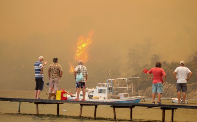 Tourists wait to be evacuated from smoke-engulfed Mazi area as wildfires rolled down the hill toward the seashore, in Bodrum, Mugla, Turkey, Sunday, Aug. 1, 2021. (Photo / AP)