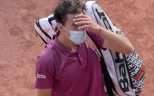 Austria's Dominic Thiem walks off the court after losing to Spain's Pablo Andujar in their first round match of the French Open tennis tournament. (Photo / AP)