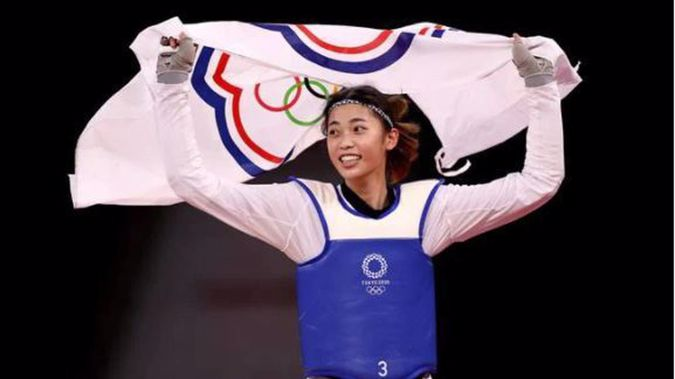 Lo Chia-ling, of Chinese Taipei (Taiwan), celebrates after defeating Tekiath Ben Yessouf, of Niger, during the Women's -57kg taekwondo bronze medal contest in Tokyo. (Photo / Getty Images)